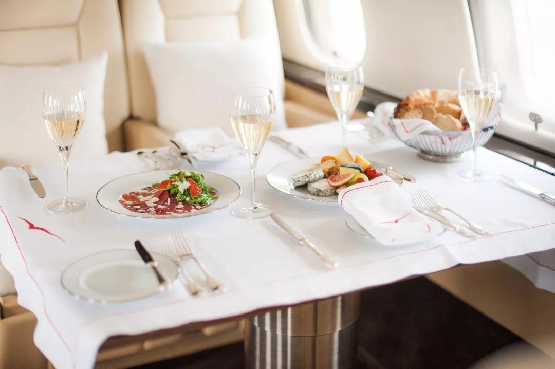私人飞机上的美食配美酒- 维思达公务机