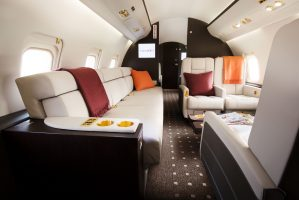 vistajet-challenger-850-sofa-seating-3cip8325zy60d9xmxxcsg0.jpg